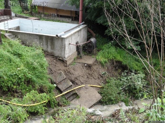 Rozbúrený potok podmýval okolité steny, na niektorých miestach do niekoľkých metrov šírky