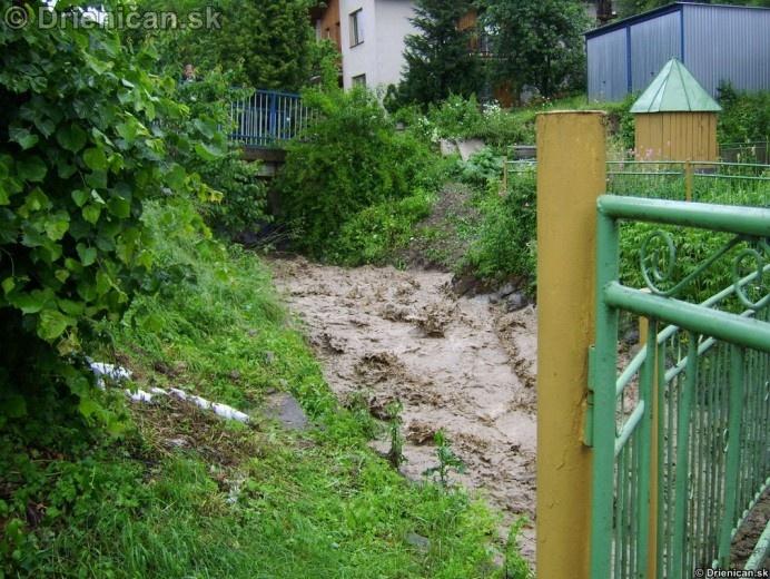 Voda podmývala okolité steny regulácie