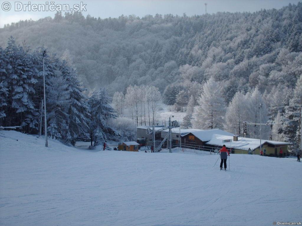 Pohľad na kotvu, odkiaľ ťahá lyžiarov na vrch svahu.