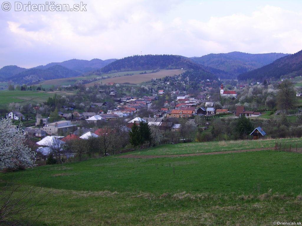 Drienica pohľad na hornú časť obce z Markovne.