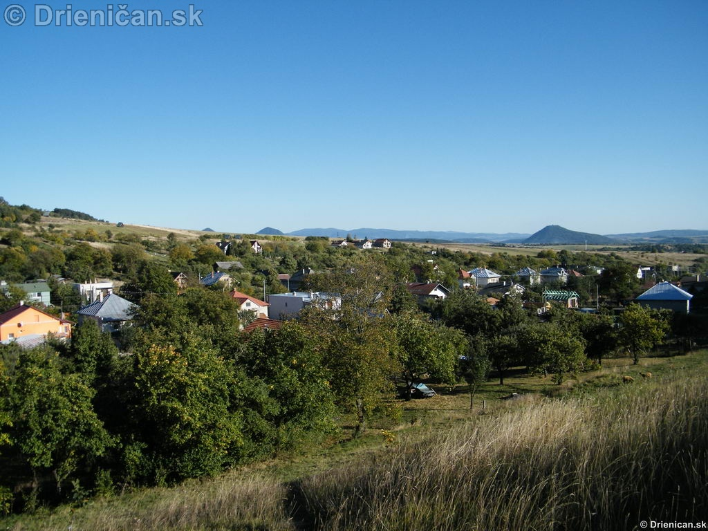 Pohľad dolnou časťou obce, naľavo hore novostavby.