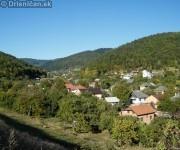 Stred obce, v pozadí rekreačná časť Lysá.