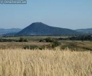 Pohľad zo Švatojánskeho poľa na Šarišský Hrad.