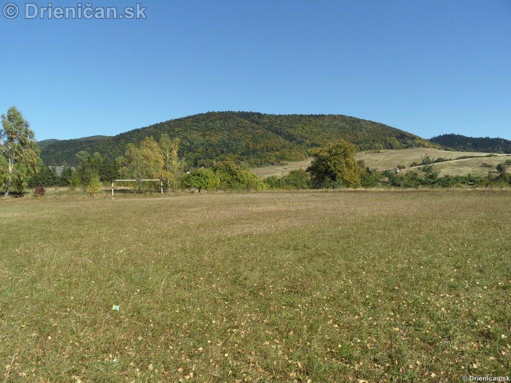 Futbalové ihrisko na jeseň.
