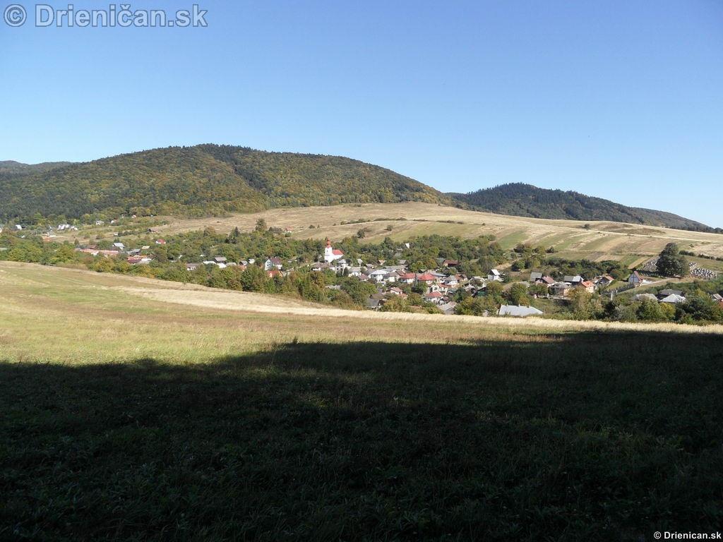 Pohľad z pod Hirky zachytáva hornú časť obce.