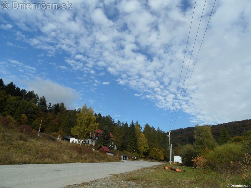 Cesta vedúca smerom na Lysú, naľavo bývala Škola v Prírode.