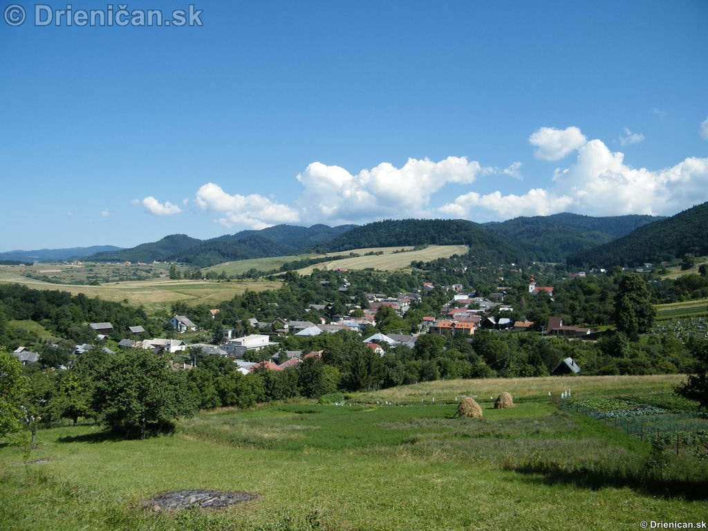 Horná časť obce, v pozadí Lysá.