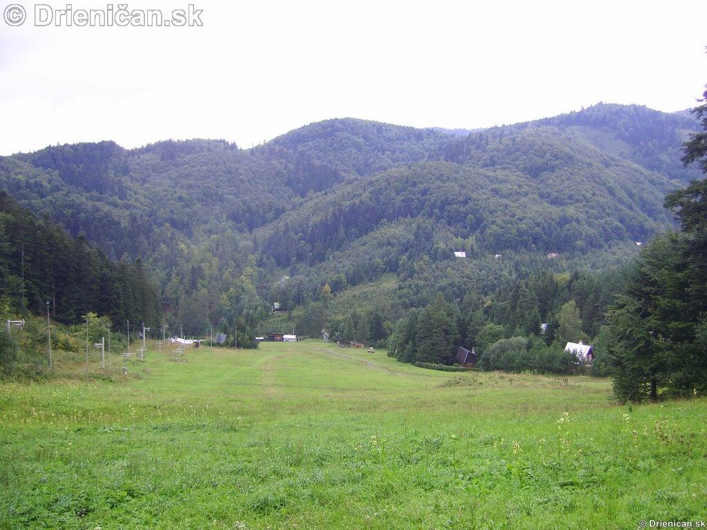 Zjazdovka v lete, hlavná časť, kde sa v zime preháňajú lyžiari a snowboardisti.