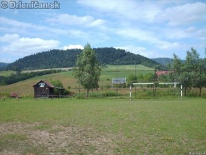 Miestne futbalové ihrisko, v pozadí Lysá.
