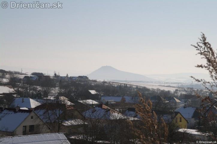 Pohľad zo Švätojánskeho Poľa, na Šarišský Hrad.