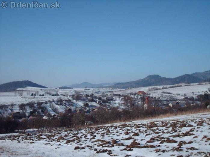 Pohľad na chatovú časť Gacky, v pozadí je vidieť obec Červená Voda.