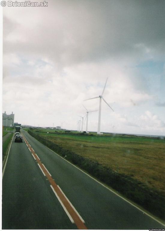 Pohľad z dvojposchodového autobusu na veterné turbíny.