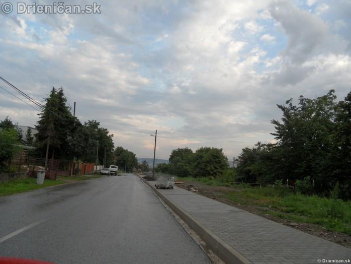 Chodniky a cesta, Drienica výstavba