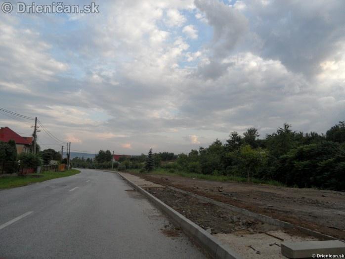 Chodniky a cesta, Drienica nižná časť obce