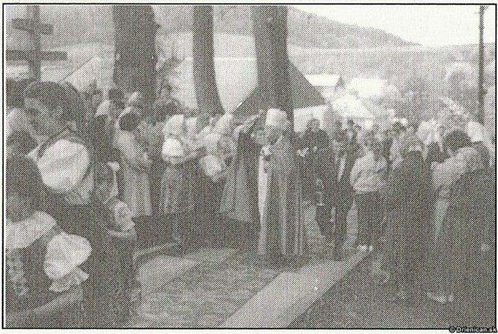 Z návštevy biskupa Mons. Jána Hirku v obci v r. 1990.