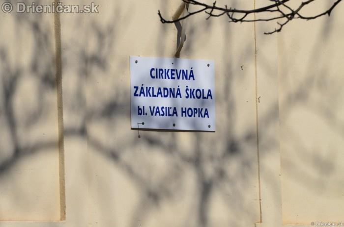 Nápis na bočnej stene budovy školy