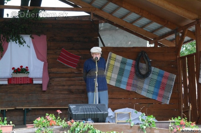 Rozprávač a pamätník onej doby pán Lazorík, v pozadí kulisy podobné Šarišskej Heligónke v Drienici