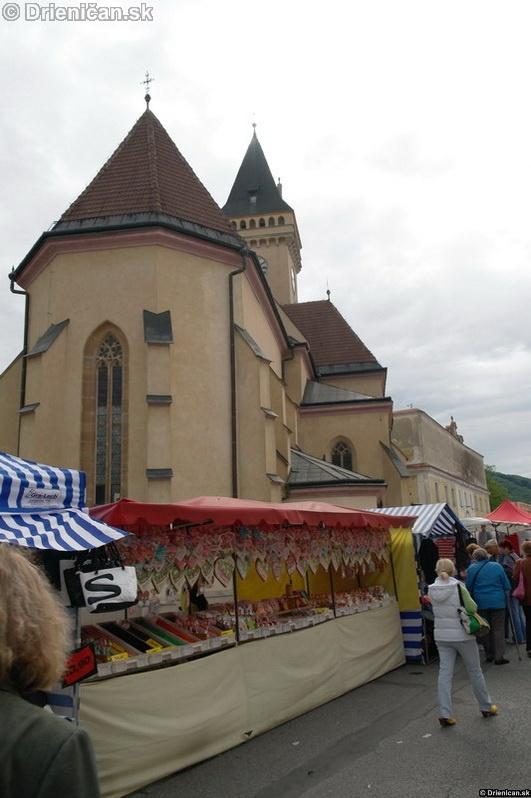 Sabinovský kostol sa majestátne vynima nad prebiehajúcimi oslavami