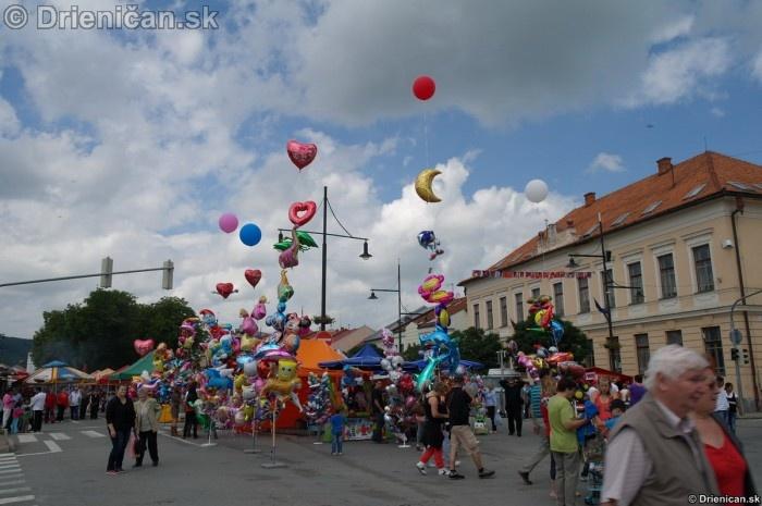 Balóny naplnené ľahkým plynom. Častokrát ich vídíme, ako ich vietor unáša ...