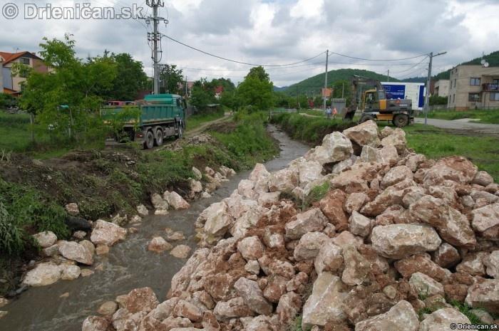 Provizórny násyp kamenia zabráni erózií pôdy, ktorá by pokračovala až po hlavnú cestu
