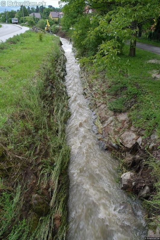 Nižná časť obce Drienica s nasadením techniky