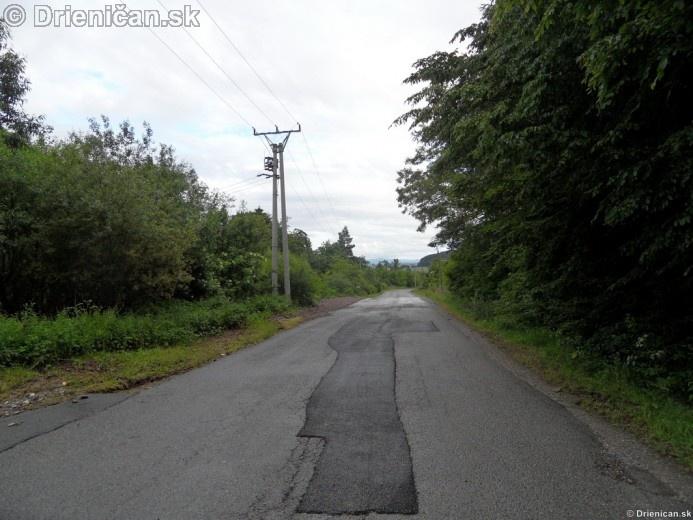 Cesta už niekoľkokrát opravovaná, naľavo je vidieť nový násyp kamenia