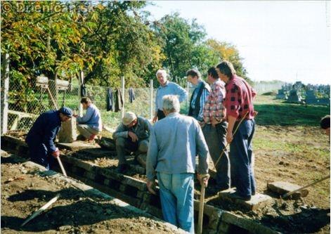 Práce na odvodňovacej priekope na cintoríne v r. 2000