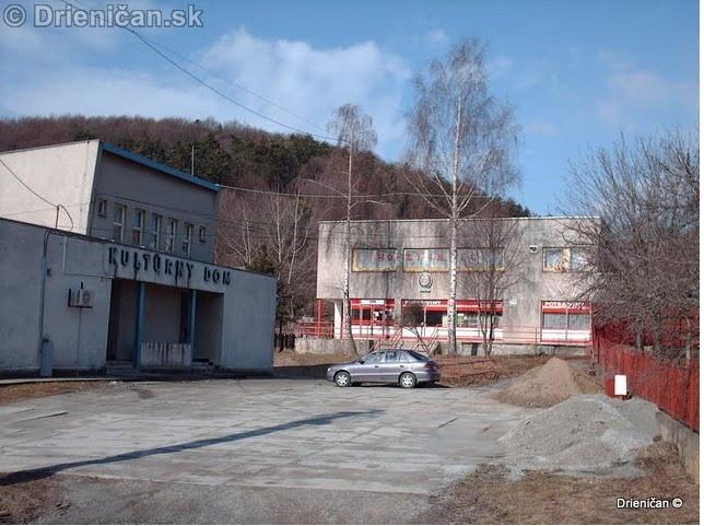 Vľavo: Kultúrny dom v Drienici; V pozadí objekt Jednoty