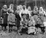 """Práca """"na prilepšenie"""" Lesné robotníčky v 50. rokoch 20. storočia"""