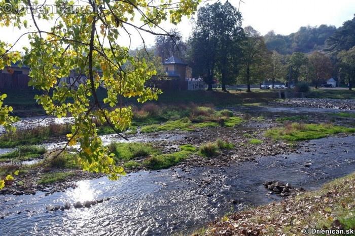 Pri menšom prietoku sa obnažuje časť koryta rieky Torysa.