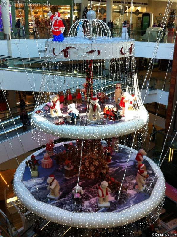 Vianočné dekorácie v nákupnom centre DunDrum