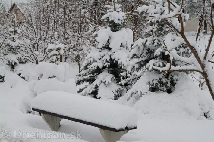 Oddychová zóna v dolnej časti obce. Lavičky sú momentálne zasypané hrubou vrstvou snehu