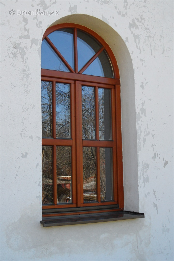 Drevené okenné rámy v renesančnom štýle...