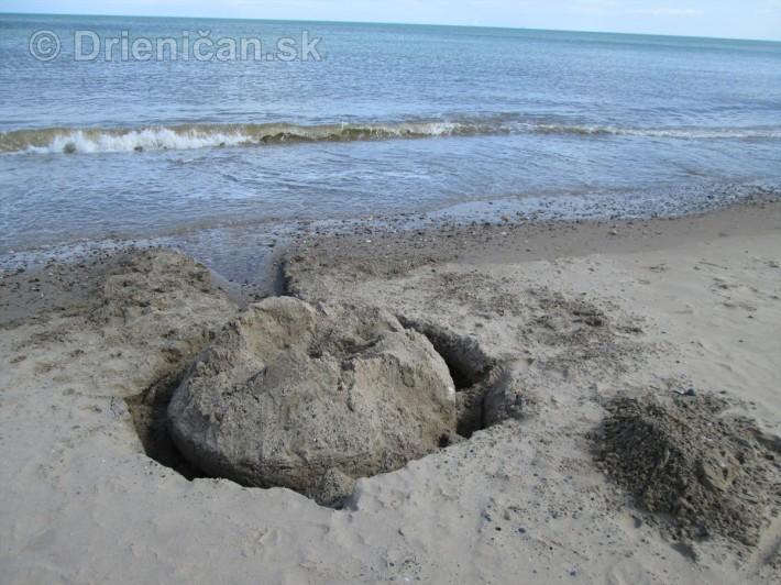 Umelecké diela vybudované v piesku, čaká sa už len na príliv