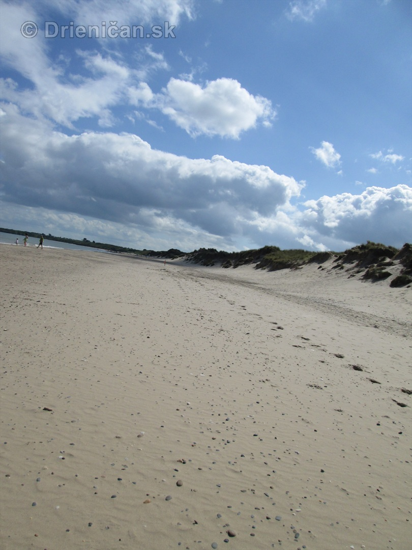 Stopy v piesku postupne zakryje vietor...
