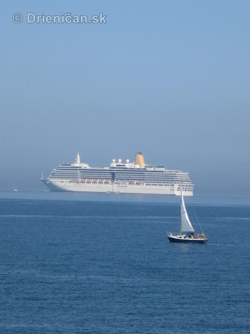 Novodobý Titanic a športová loďka pred ním...