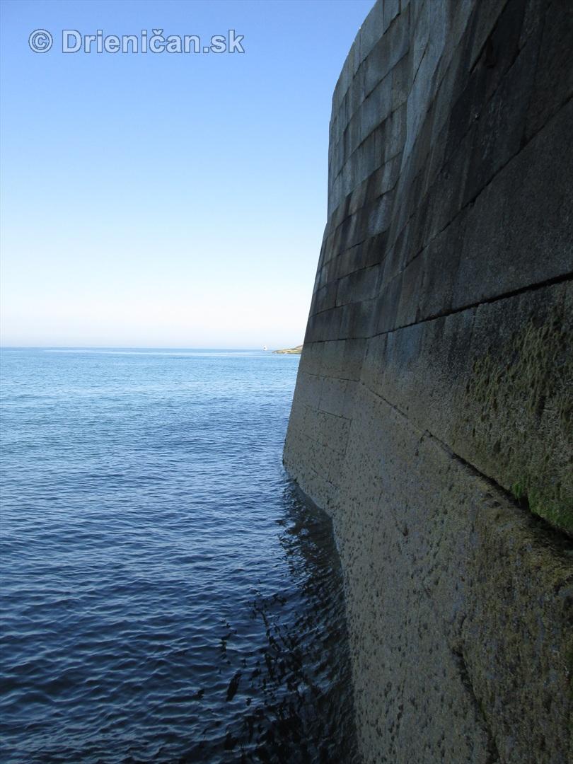 Celý prístav tvoria rezané kamene, niečo ako tvárnice...