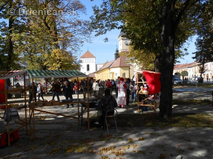 Pod gaštanmi, na jesennom kultúrnom festivale...