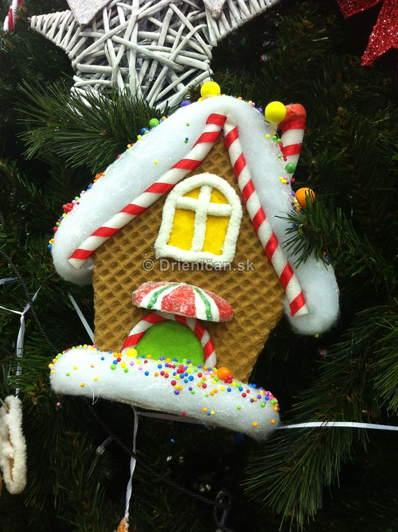 Perníková chalúpka na Vianočnom stromčeku