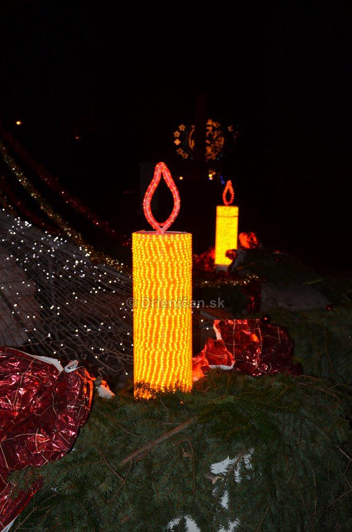 Asi metrová sviečka na Adventnom venci, už svietia dve...