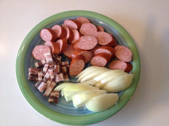 Pripravíme si: klobásu, slaninu a cibuľu, prípadne iné suroviny ktoré po ruke.