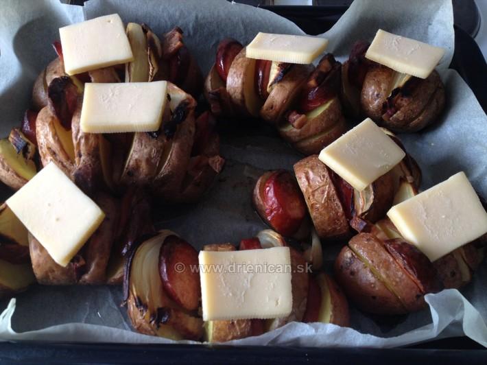Asi 5 minút pred koncom (vydličkou si skontrolujeme stav), položíme tvrdý syr na vrch. Môže byť aj plátkový, alebo tavený, čo máte po ruke...