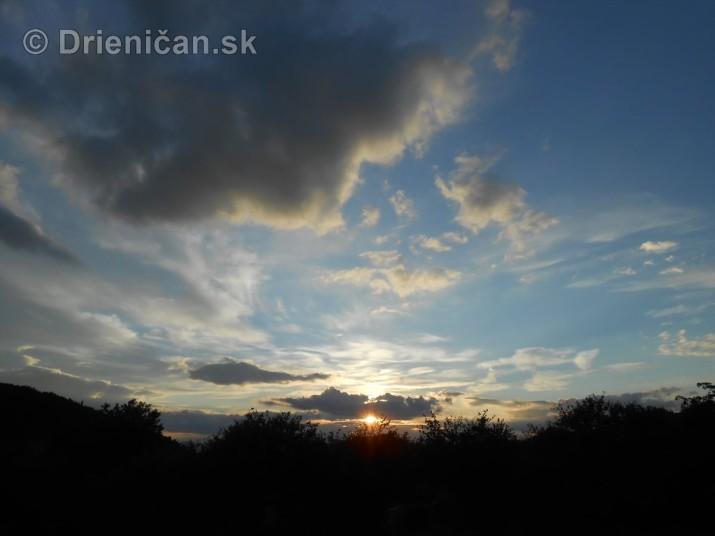 Tam nad Drienicou, slnko zapadá
