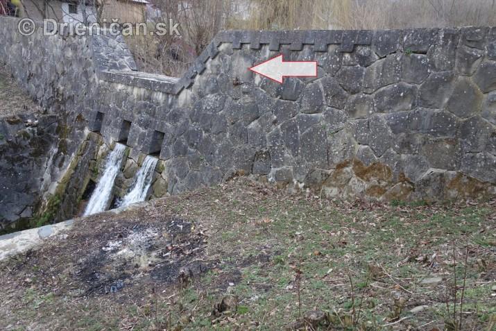 Šípka ukazuje na umiestnenie kameňa s popisom: Staval Štátny Vodohosp. Úrad