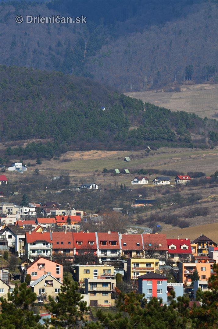 Sabinov a nad ním Drienica-dolná časť. V lese je vidieť aj vodojem...