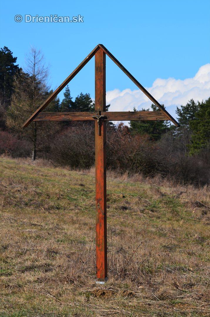 Kríž umiestnený na úpätí Šancu