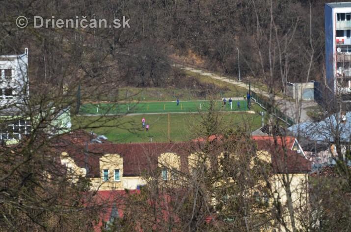 Dole strecha hotela Torysa, v pozadí ihrisko ZŠ 17.Novembra