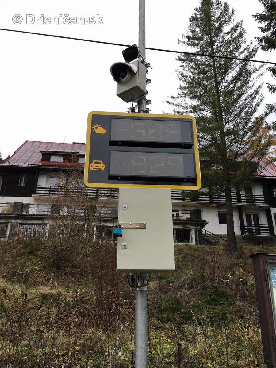 Meteorologická stanica má štandardné vybavenie, vrátane bezpečnostnej kamery a veľkého displaya, na ktorom sa budú počas sezóny zobrazovať aktuálne informácie o teplote vozovky a vzduchu.