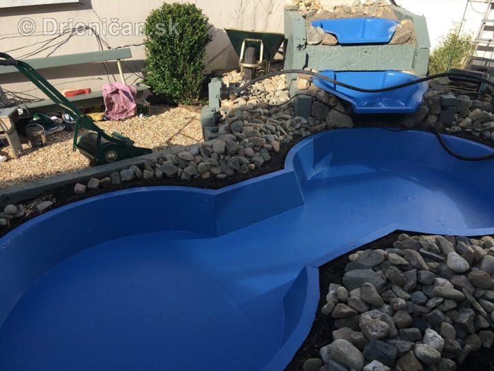 Modrá je dobrá, alebo táto farba zvýrazní vodu a dodá jej aj farebnú hĺbku. Samozrejme sa dajú použiť aj iné farebné variácie, ako napríklad zelená či pri väčších jazerách čierna fólia...