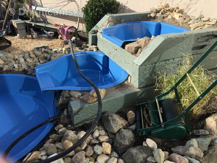 Pri kaskádovom vodopáde je dôležitá vodováha nádoby, aby sa voda neprelievala iba cez jednu stranu...
